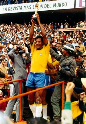 Uma das imagens mais exibida na história do futebol mundial Carlos Alberto Torres erguendo a Taça em 1970