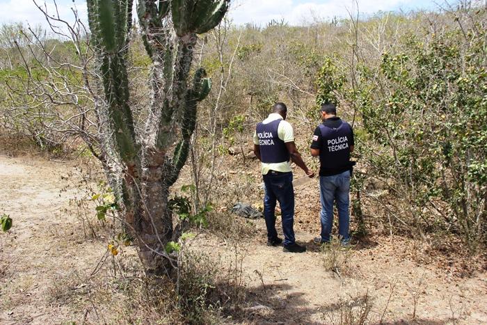 Peritos de Serrinha acreditam que ocorreu execução, pois no corpo tem quatro perfurações possivelmente causado por arma de fogo | Foto: Raimundo Mascarenhas