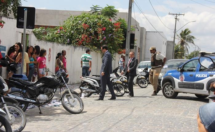 Juiz, major e promotor visitaram o Polivalente, maior seção eleitoral de Coité | Foto: Raimundo Mascarenhas