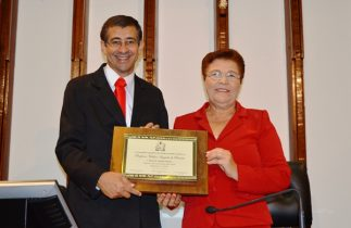 Fátima entrega o titulo de cidadão a professor Valdeci