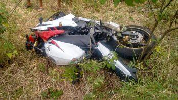 Motocicleta e o carros ficaram fora da pista após a colisão