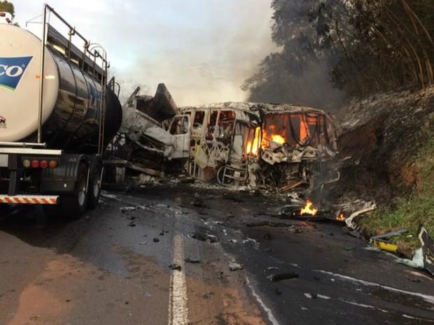 Polícia Rodoviária Estadual ainda não sabe qual foi a causa do acidente na PR-323, em Cafezal do sul