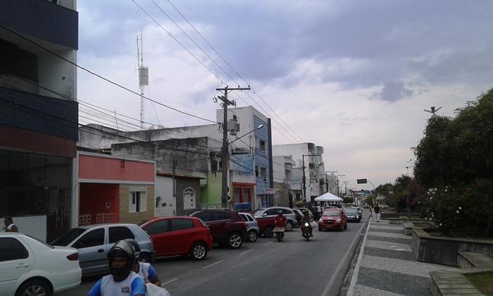 Casa e comércio de Marcio ficam neste prédio azul a esquerda da foto