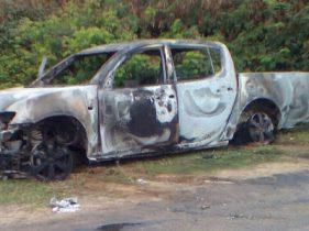 Durante a fuga este e outros veículos foram incendiados