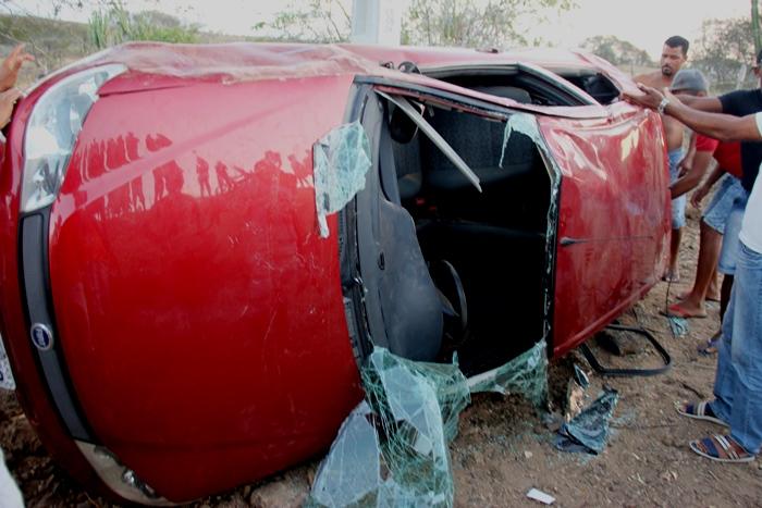 Apesar da gravidade do acidente, o carro não atingiu o teto ao ponto de atingir os passageiros | Foto: Raimundo Mascarenhas