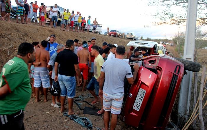Veículo desceu ladeira abaixo e só parou a especar em um poste | Foto: Raimundo Mascarenhas