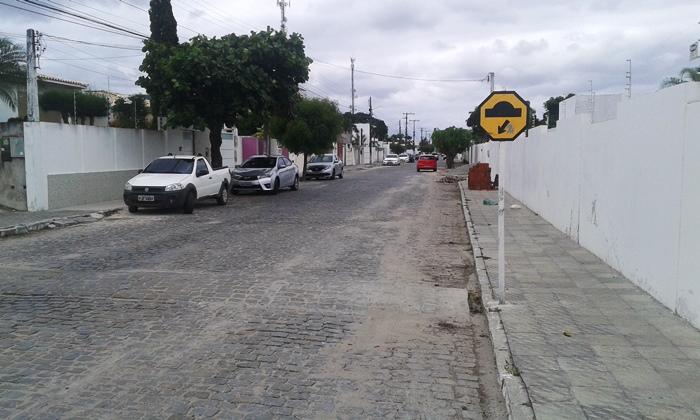 No local há sinais que Maurício pode ter tentado frear a moto antes do quebra-molas e acabou se desequilibrando   Foto: Raimundo Mascarenhas