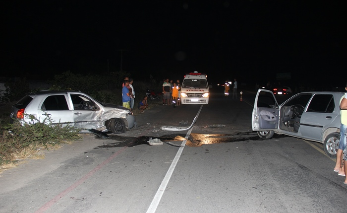 Apesar do grande impacto os ocupanes dos dois carros tiveram ferimentos leves | Foto: Raimundo Mascarenhas
