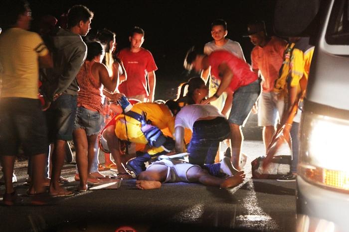 Brigada Anjos da Vida prestando socorro a Ademir Junior que queixava de muita dor na perna e na cabeça | Foto: Raimundo Mascarenhas