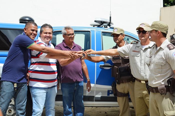 Deputado e prefeito Nafitel faz entrega simbólica das chaves da viatura ao policias   Foto: Teones Araújo