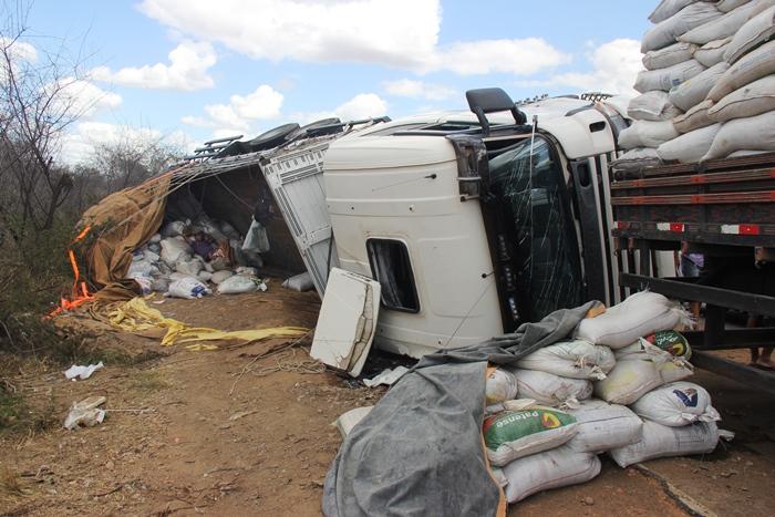 Caminhão depois de desviar de buracos tombou no acostamento | Foto: Raimundo Mascarenhas