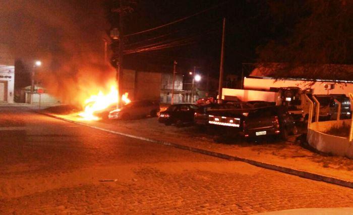 Possivelmente o fogo começou por um veículo e atingiu os demais | foto: Leitor do CN