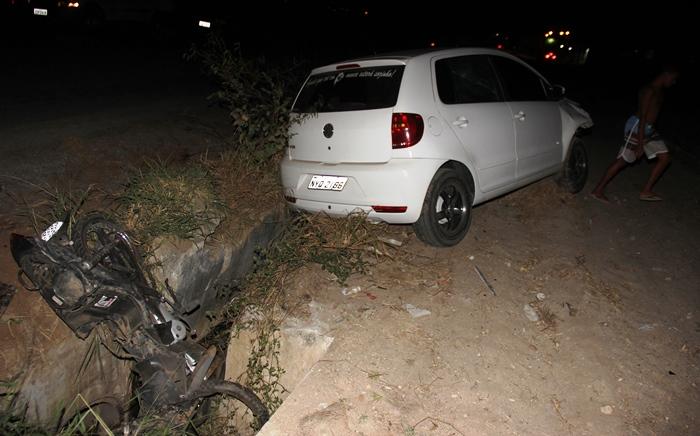 Polo depois de atingir moto o condutor ficou na pista, mas empurrou Biz por cerca de 30 metros | Foto: Raimundo Mascarenhas