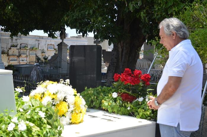 Paulo Magalhães vista túmulo do seu pai também ex-deputado Ângelo Magalhães