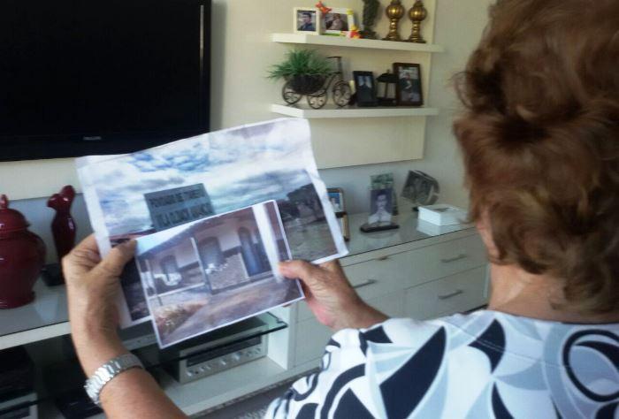 Dona Izete preferiu na mostrar o rosto, mostra fotografias da fazenda, uma delas de casas construídas em terrenos doados por Oldack que foi homenageado