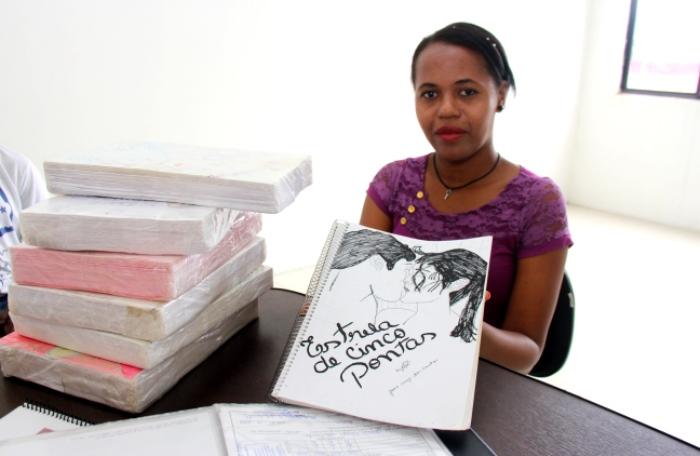 Joana exibe o primeiro dos sete roteiros que escreveu manualmente | Foto: Raimundo Mascarenhas