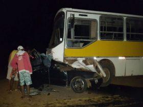 Carro invadiu contramão e colidiu com ônibus