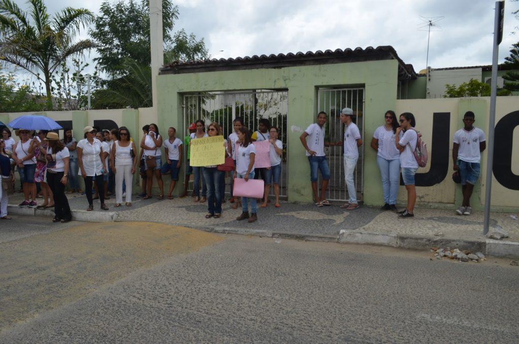 Parada em frente ao Colégio João Campos