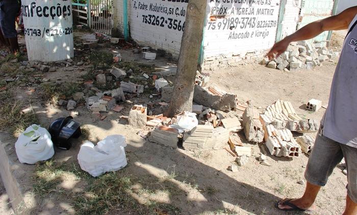 Local onde a moto bateu ficou completamente destruído