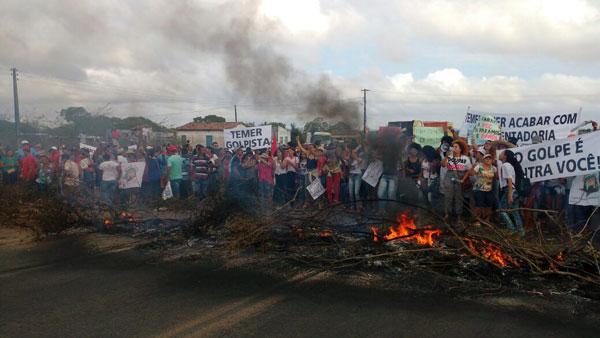 Manifestantes fecharam a BR-116 Norte no início da manhã desta sexta-feira