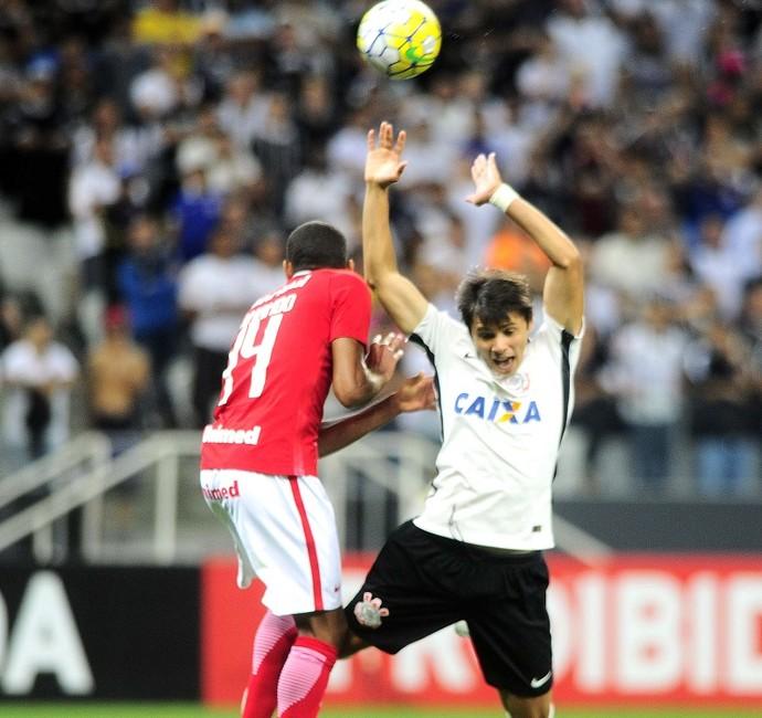 Gol do Corinthians foi de pênalti bastante contestado pelo Inter