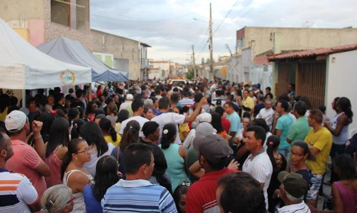 Rua onde o corpo foi velado ficou lotada de amigos do campo e da cidade | Foto: Raimundo Mascarenhas