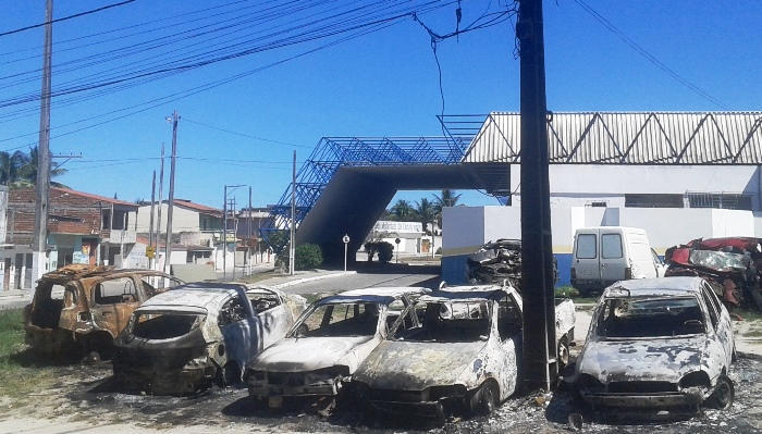 Veículos posicionados de frente para Delegacia e ao fundo o Terminal Rodoviário | Foto: Raimundo Mascarenhas