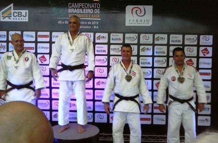Vladson o terceiro judoca da esquerda para a direita