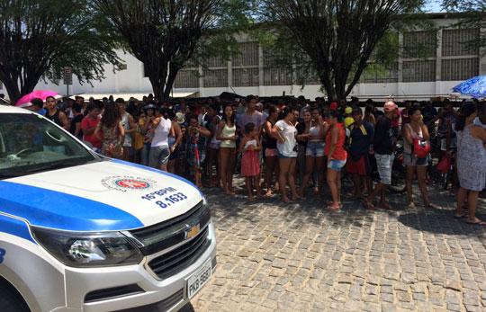 Movimento na frente da Delegacia de Santaluz - Foto: Noticias de Santaluz