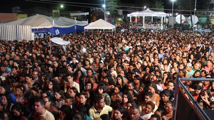 Grande público fez questão de acompanhar de perto o show de uma das maires cantoras religiosas do Brasil