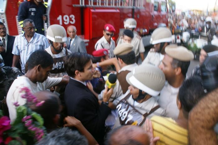 Neste momento repórter da Band e o fotógrafo Raimundo Mascarenhas foram impedidos de ter acesso ao cemitério