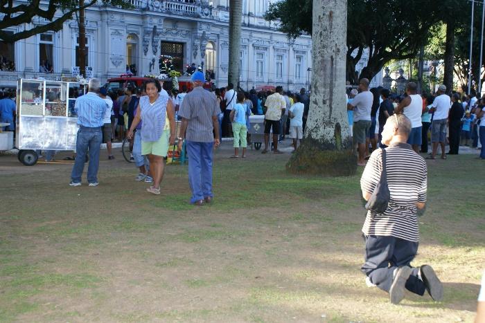 Fãs de ACM se despediram da forma que acharam conviniente| Foto: Raimundo Mascarenhas