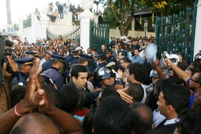 Acesso ao cemitério foi restrito e só acompanhou a descida do caixão órgãos de imprensa que chegou primeiro ao local e familiares| Foto: Raimundo Mascarenhas