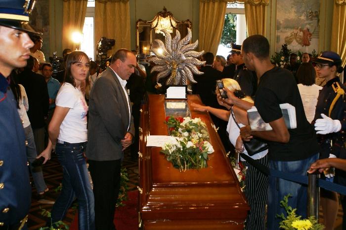 Valdemí de Assis e sua irmã Vilmara ao lado do caixão com corpo de ACM | Foto: Raimundo Mascarenhas