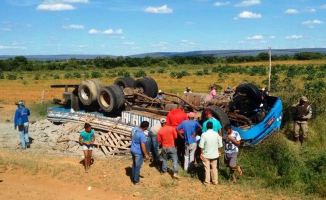 Caminhão carregado de cimento capota e motorista morre na BA 122