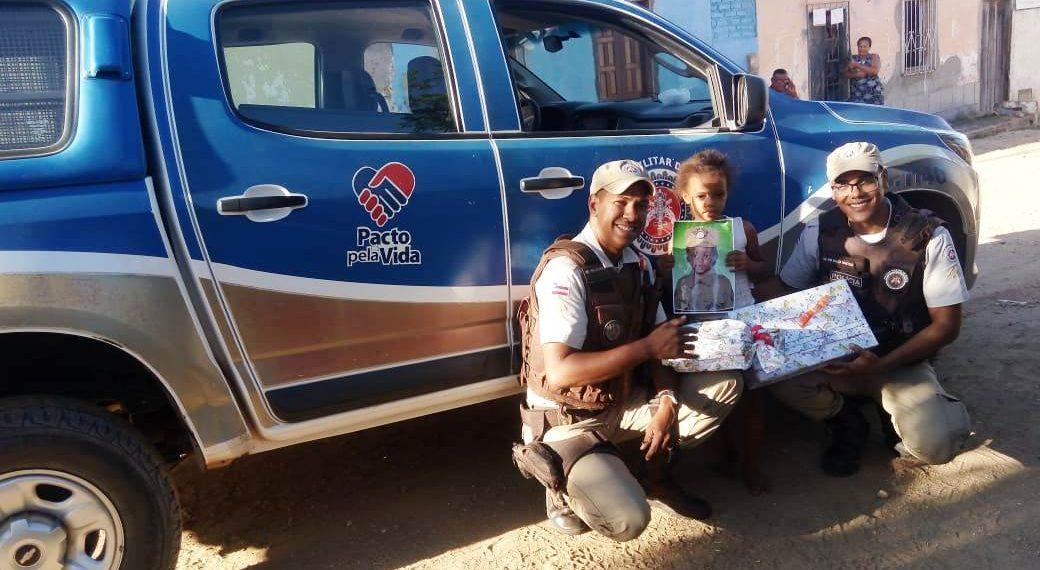 Peritos e PMs fazem surpresa para criança em Itaberaba