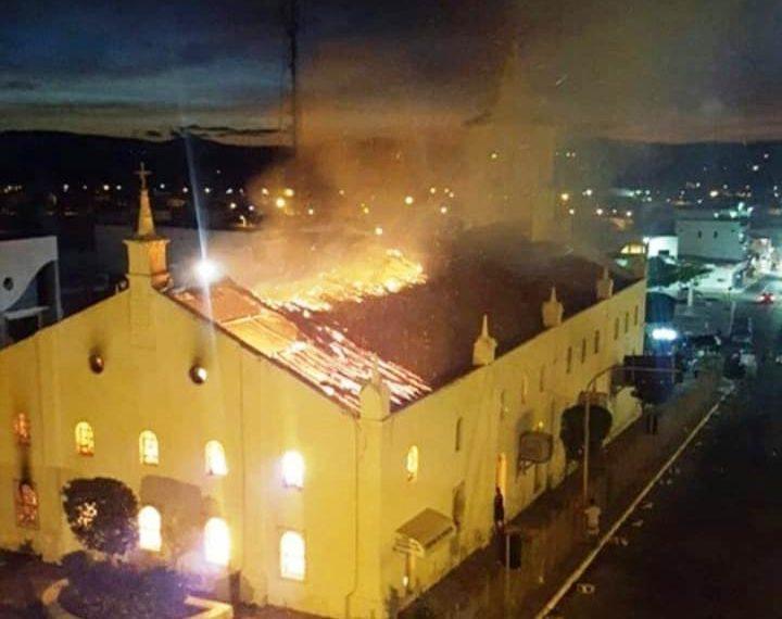 Igreja Matriz de Monte Santo é destruída pelo fogo