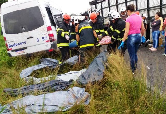 Colisão entre van e caminhão deixa oito mortos em São Gonçalo; vítimas eram trabalhadores de um aviário da região