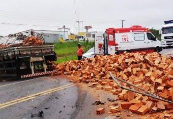 Dois mortos e quatro feridos em acidente envolvendo caminhão e dois carros de passeio
