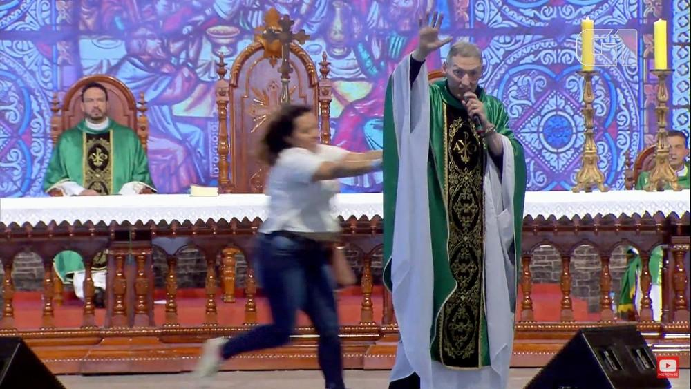 SP – Mulher empurra Padre Marcelo Rossi de altar durante missa
