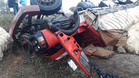 Motorista morre em capotamento de caminhão carregado de sisal na BA 416