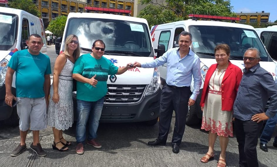 Deputada Fátima Nunes comemora entrega de ambulâncias para Tucano e Monte Santo