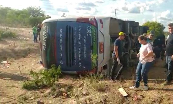 Ônibus que saiu de SP para Pernambuco tomba e deixa quatro mortos e vários feridos na BR 116 em Canudos (atualizada)