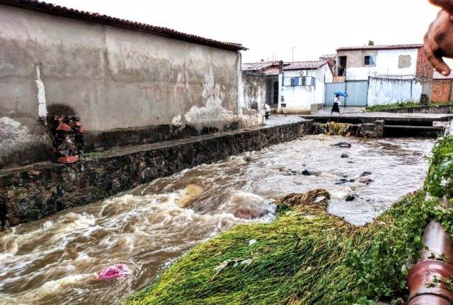 Feira: homem é levado por águas de canal de drenagem