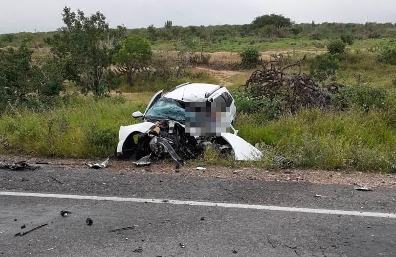 Colisão envolvendo carro de passeio e carreta deixa um morto na BR 116 Norte
