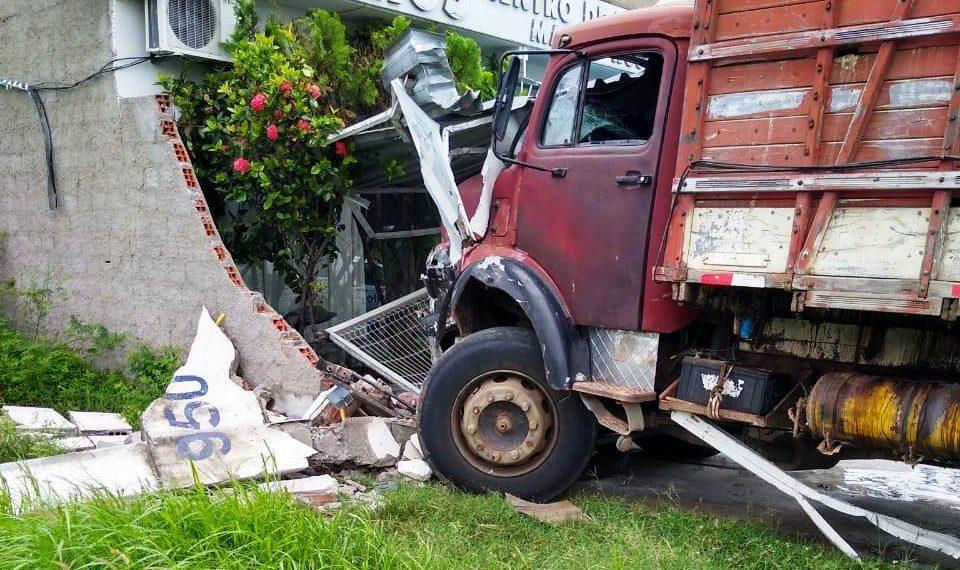 Caminhão boiadeiro desgovernado percorre cerca de 300 metros sozinho e atinge central de velório