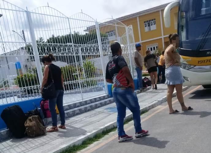 Moradores de Queimadas e Cansanção registram desembarque de pessoas em ônibus na manhã desta sexta-feira
