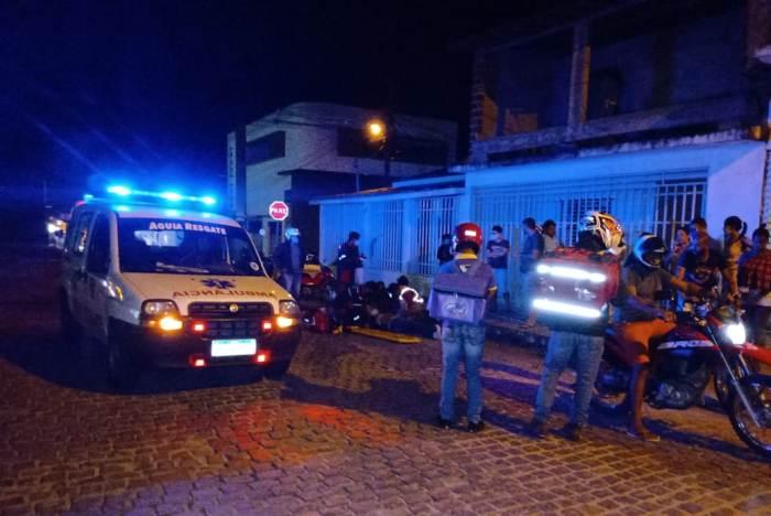 Acidente envolvendo duas motos deixa jovem gravemente ferido no centro da cidade