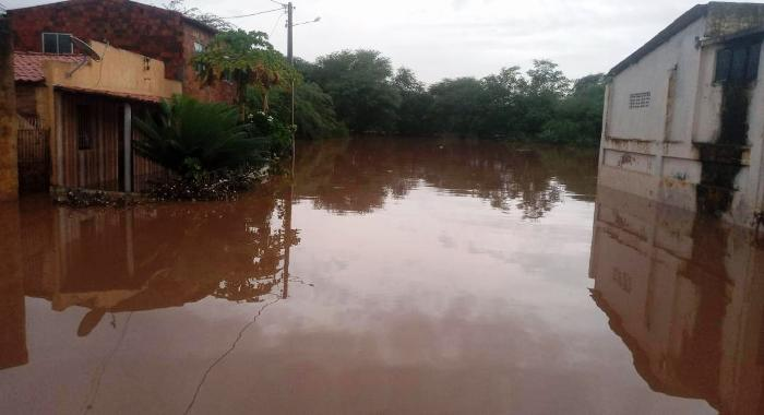 Rio Jacuípe transborda, alaga ruas e invade residências na cidade de Gavião