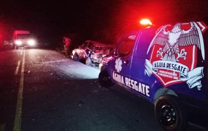 Carros ficam parcialmente destruídos em colisão na BA 409
